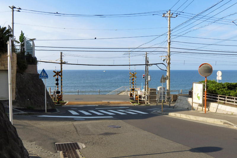 The famus railroad crossing near Kamakura Koko Mae Station.