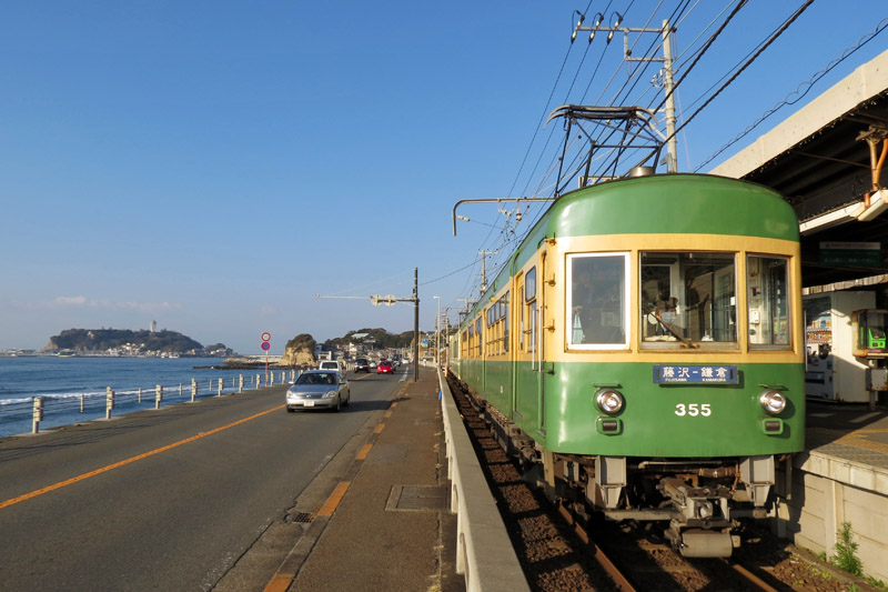 A scene of Enoden train at Kamakura Koko Mae Station is often appeared on anime works.