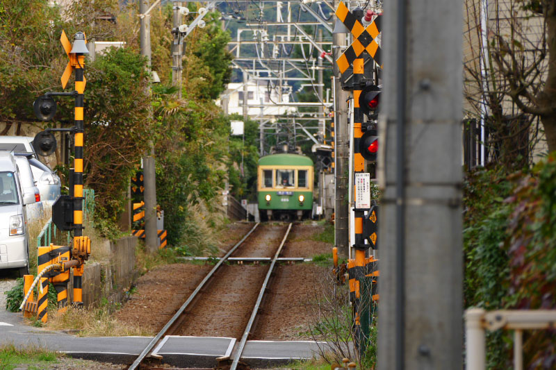 A train approaching to Yuigahama Station.