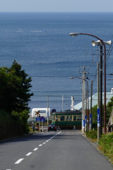 Ocean-view with Enoden train from the top of the long straight slope.