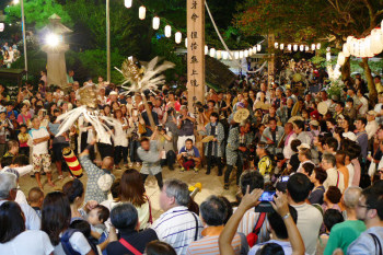 Crowded entrance of Ryukoji Temple on the festival night.