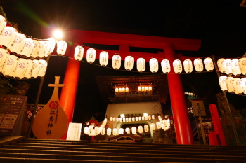 These lanterns and torii gare are illuminated at night.