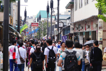 Komachi-dori shopping street is crowded everyday with tourists.