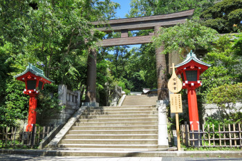 A torii gate of Enoshima Jinja Shrine is the goal of the alley.