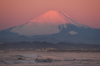 Red-dyed Mt.Fuji can be seen before sunrise.