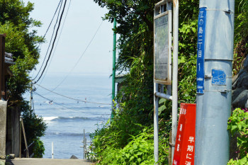 Seeing Nishiura Cove from the alley.