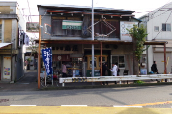 Enoden Monaka shop is facing on the railroad.